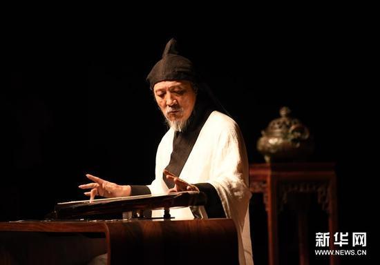 10月8日,古琴家袁中平在艺术节音乐会上弹奏《潇湘水云》。