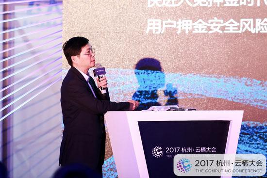 """中国青年报社党委书记、社长、总编辑张坤在""""数据力量·社会治理的共享与共治""""论坛上作分享。"""