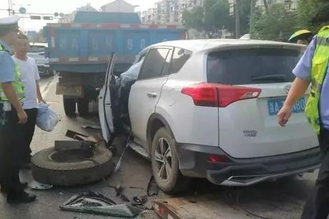 杭州1司机开车打了个盹儿 径直撞上小货车嵌进车尾