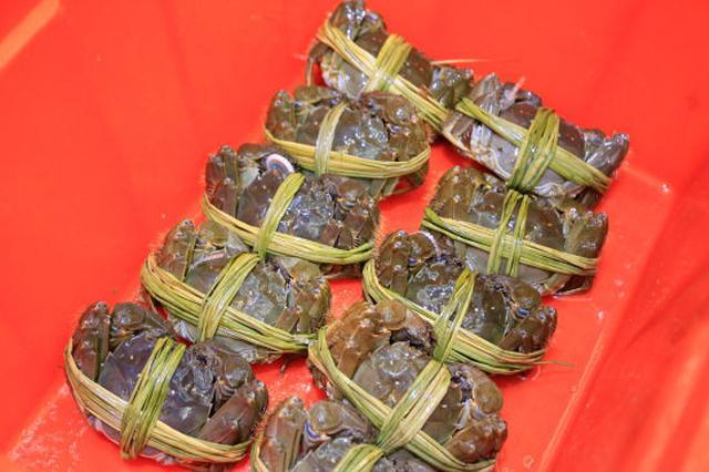 杭州捆蟹工一天捆上千只蟹 月工资达到万元以上(图)
