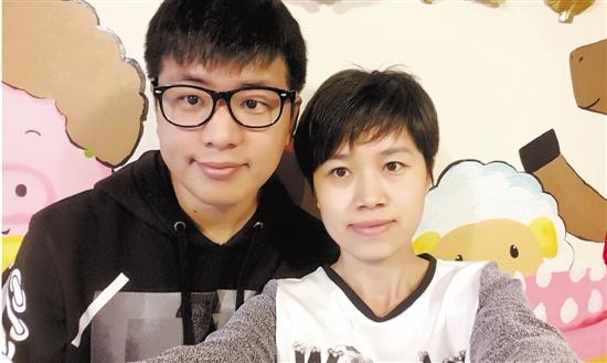 图为李宁和妻子
