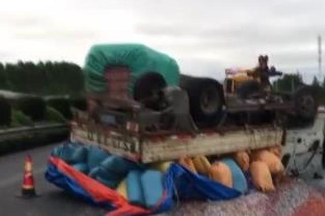货车温州境内发生侧翻 高速交警紧急施救