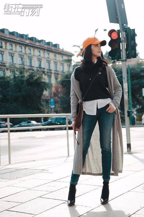 """2018春夏米兰时装周期间,新浪时尚在米兰记录下了姚晨的时尚时刻。变身""""印花女王""""的大姚,用两款长外套穿搭为我们演绎了秋季叠穿的可能性。"""