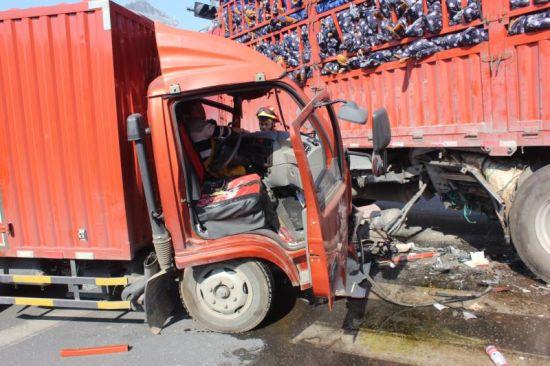 图为:两车相撞事故现场。 金东消防供图