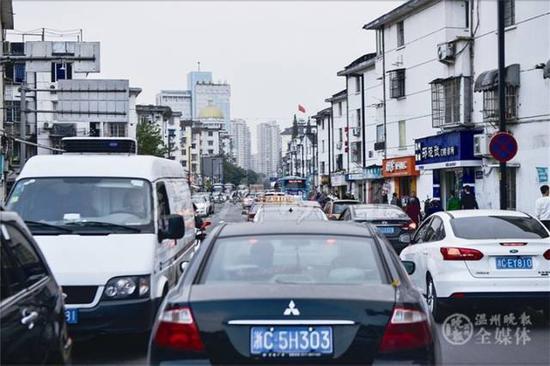 资料图 在黎明西路与民航路交叉路口,记者拍下了交通拥挤的场景 王人望 摄