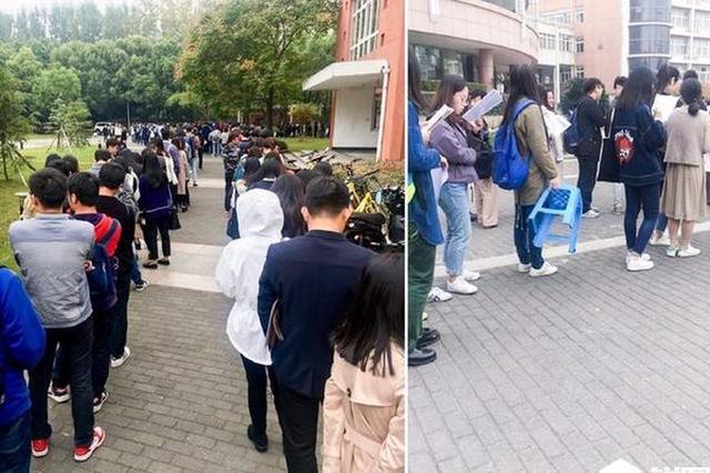 杭州考研报名确认现场排队像春运 考生蹲地上复习