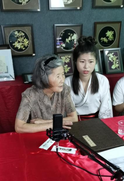学生团队和非遗传承人蒋云花奶奶一起直播当地非遗文化麦秆贴