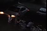 暴雨车辆接连熄火 杭州小伙从被淹车上救出一家四口