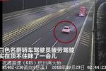 杭州湾跨海大桥 小轿车大C形神走位撞飞货车