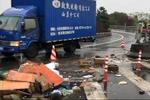 浙江大雪车辆打滑致19起事故连发 货箱散落一地