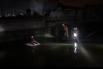 小车深夜避狗冲进河里 宁波父子坐车顶1小时被发现
