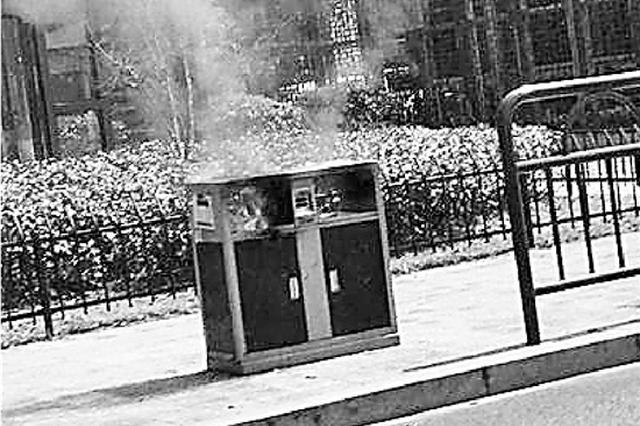 杭州一路边垃圾桶突然起火引消防出动 或因烟头引燃