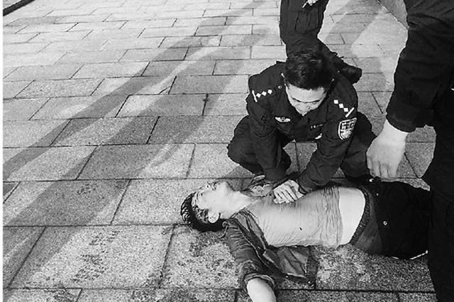 杭州小伙落水脉搏微弱 民警做心肺复苏抢回黄金时间