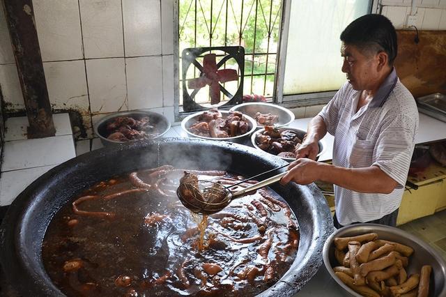 杭州一对夫妻做卤大肠1天卖800斤 有人打飞的来买