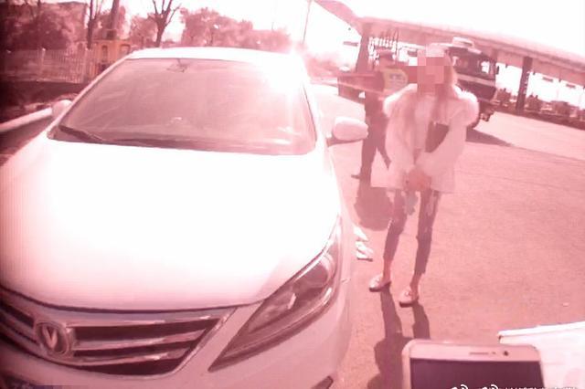 湖州高速一辆车上两个无证 正副驾驶换着开