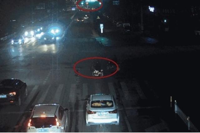 杭州1电动车闯红灯与轿车相撞 全责承担修理费用