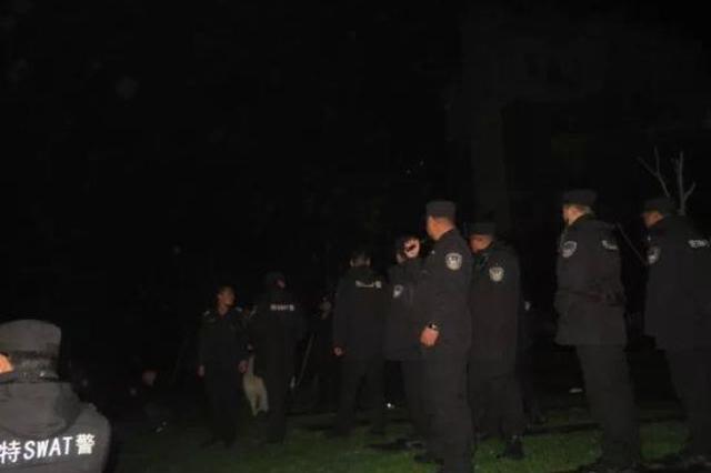 女子吵架后跳河轻生 湖州两名巡特警冰水救人(图)