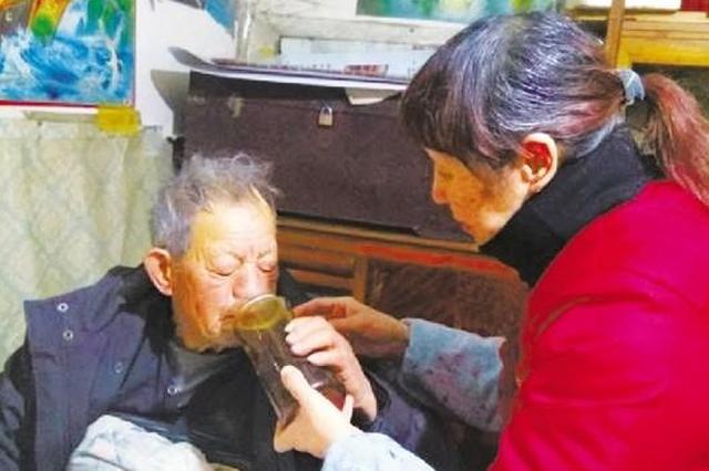 杭州一女子照顾聋哑老人 帮其管账记账11年(图)