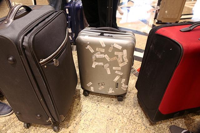 杭州民警用视频鹰眼追踪 追回外来务工者的行李箱
