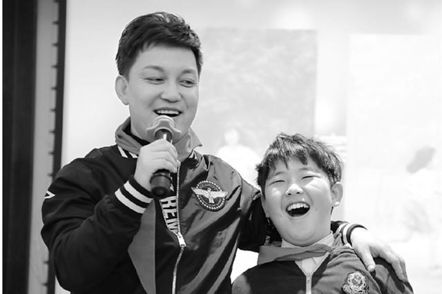 李锐造访杭州时代小学 在孩子面前村长表示很紧张