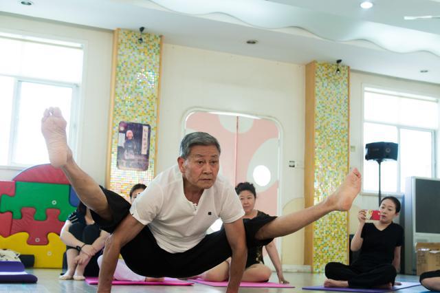 浙江74岁瑜伽爷爷成网红 学员排队等上课(图)