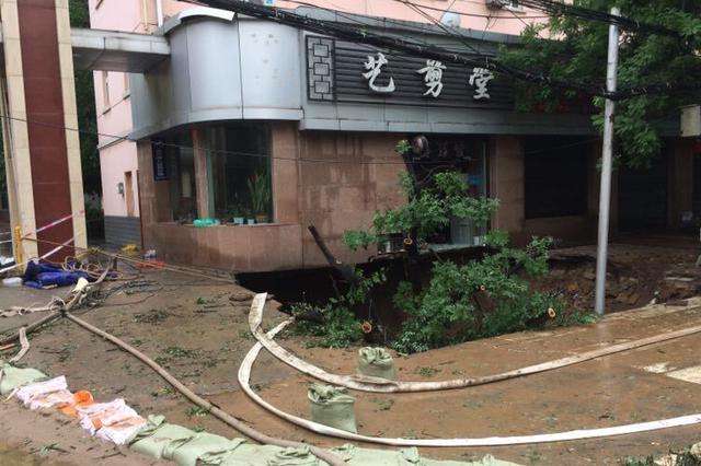 杭州1马路塌陷出现大洞 所幸巡防员及时做好警示措施