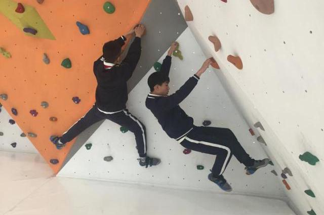 杭州1中学花30万建攀岩墙 校长:培养男孩阳刚之气