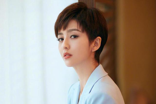 霸道女总裁上线 佟丽娅帅气短发配西装攻气十足
