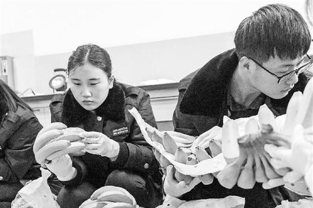 杭州机场去年343人携病抵达 查获违禁物果蔬最多见
