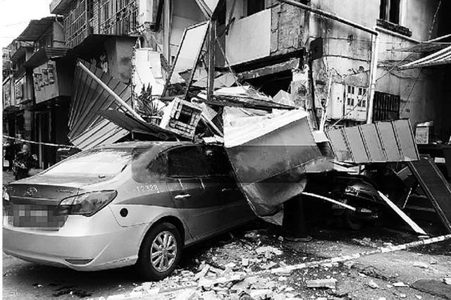 温州1出租车一头冲进医院旁饭摊 饭摊阳台被撞塌