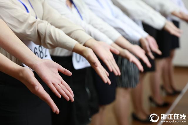 重颜值更要看手指 空乘招生浙江美女排排站