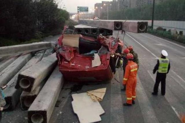 杭州一车载水泥柱砸坏货车顶 司机身亡