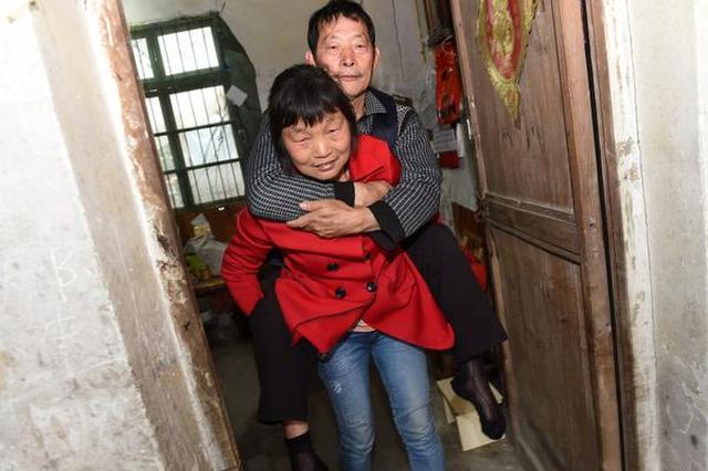 杭州1丈夫瘫痪在床33年 妻子不离不弃陪伴照料