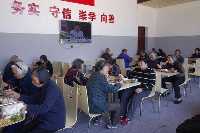 工作人员将午餐送到行动不便的老人家中。陈诺 摄