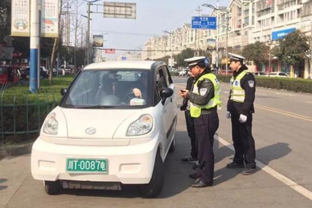 温州女子开没挂机动车号牌四轮电动车出门 被扣12分