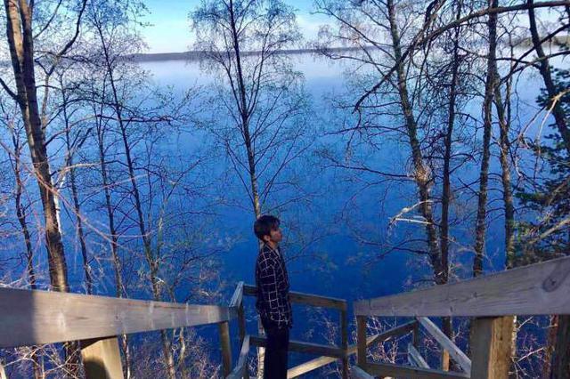 蔡徐坤芬兰湖边晒美景 一头棕发清新干练