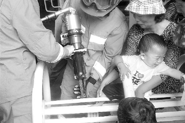 杭州小男孩在健身器材上玩耍 脚被卡住无法取出