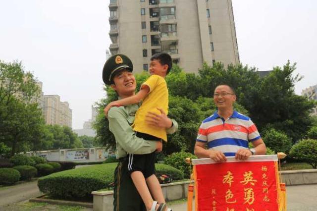 温州1边防战士旅途中救回落海男孩一命