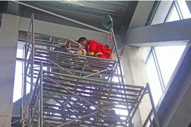 杭男子触电昏倒在10米高脚手架上 消防员爬高台救助