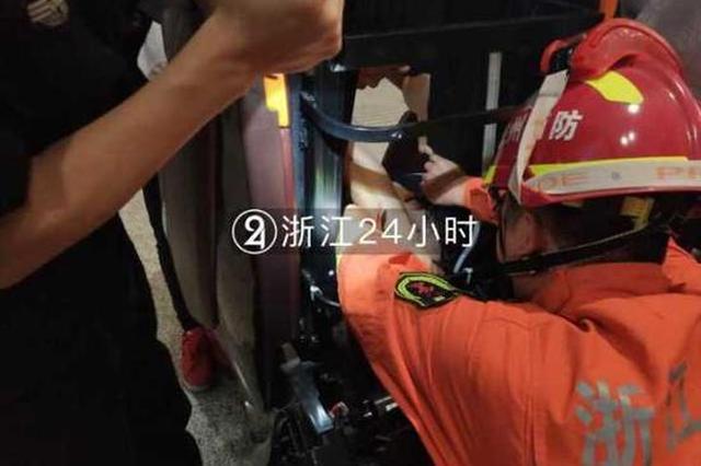 姑娘在杭州东站使用按摩椅 不料头被夹住无法挣脱