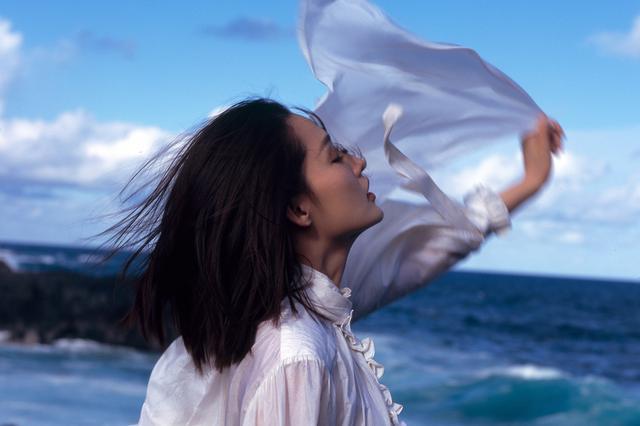 李沁穿露背长裙登封面 悬崖起舞飘逸唯美