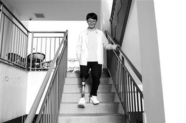 两年前遭遇车祸截肢的杭州跳舞男孩:9月要读大学了