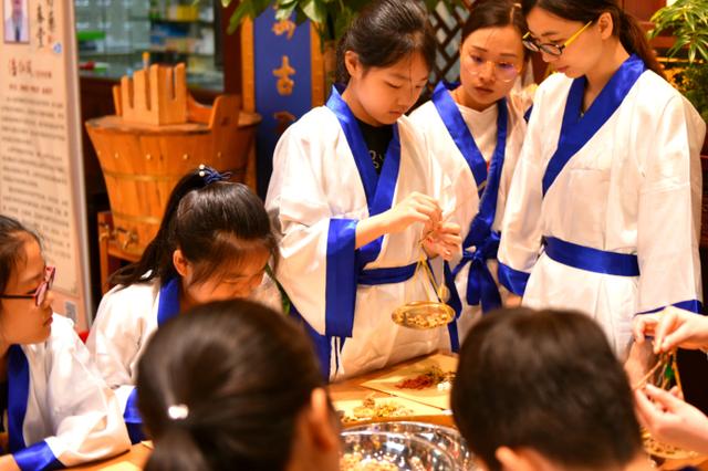 杭州大药房举办六一活动 让儿童体验小小中药师