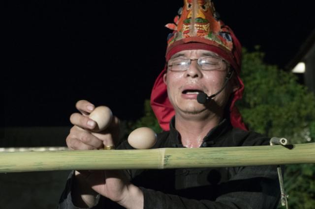 竹杆上摆鸡蛋 浙江非遗传人和9岁儿子同台亮绝活
