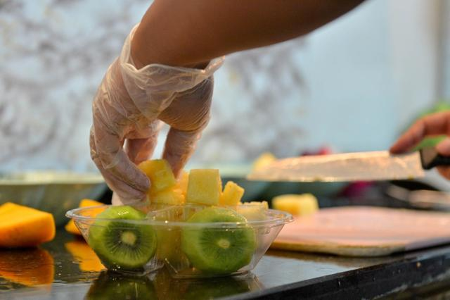 90后杭州小伙创业切水果 每天两万刀月入数万