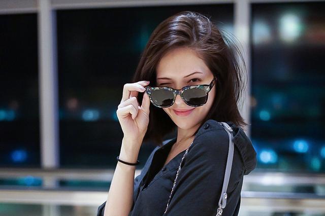 许玮甯启程法国时尚之旅 造型清新引人关注