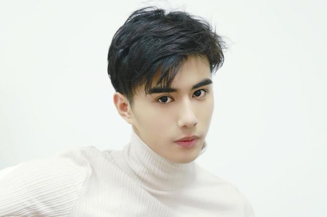 魏伸洲最新写真曝光 慵懒男友or吉他少年任你选