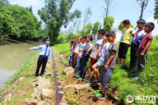 天气转热 台州椒江民警教学生防溺水