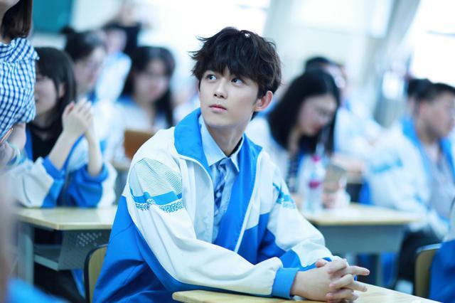 吴磊回校参加毕业典礼 穿校服拍毕业照青春洋溢