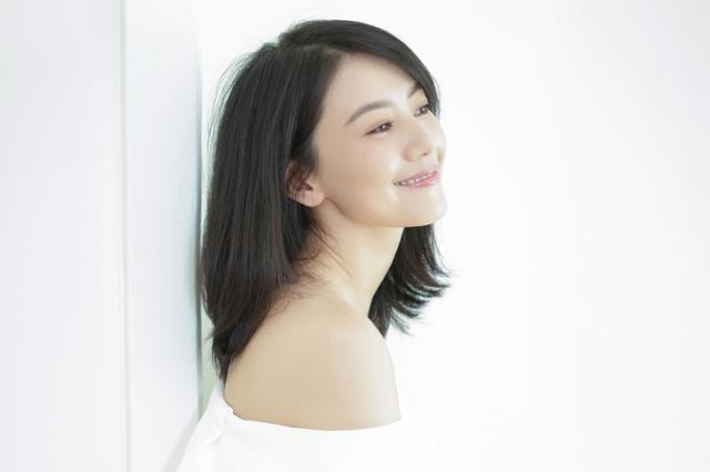 高圆圆白裙写真甜笑迷人 小露香肩优雅性感